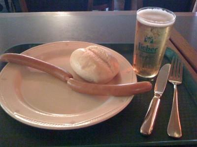 090718イギリス出張(フランクフルト空港でのビールとソーセージ).jpg